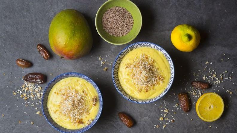 BIOidei: smoothie în castron cu mango, cocos și semințe de Psyllium