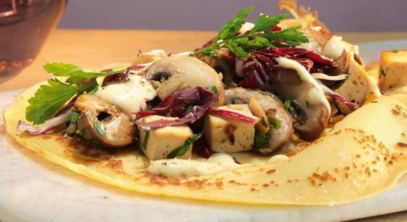 BIOidei: Clătite cu ciuperci, varză roșie, tofu și sos de muștar